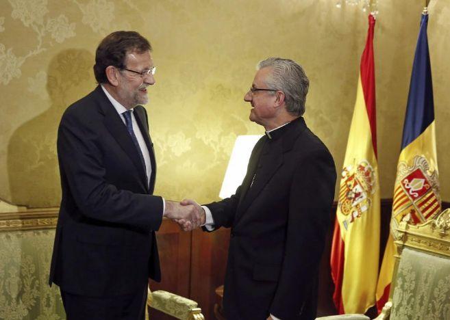 El presidente del Gobierno, Mariano Rajoy, saluda al copríncipe de...