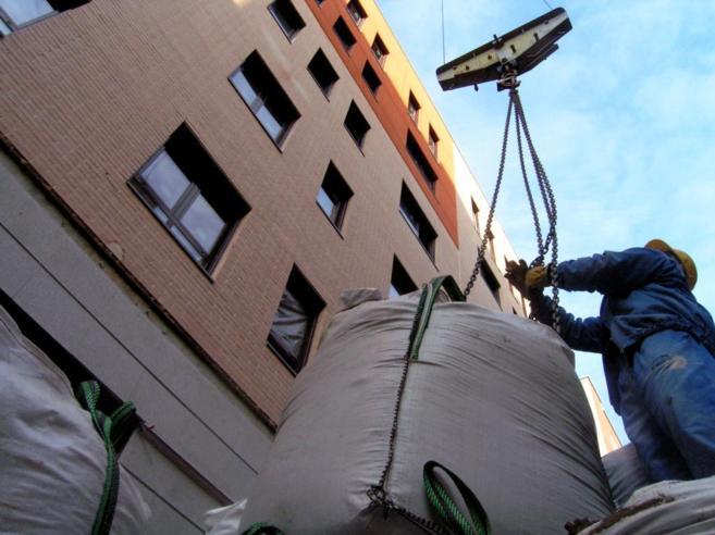 Imagen de un operario llevando a cabo tareas de construcción...