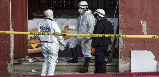 Destrozos causados por el ataque a un restaurante de kebab cercano a...