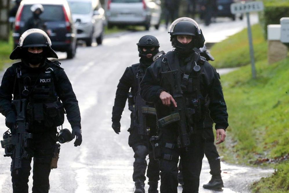 Miembros de las fuerzas francesas de intervención de la Policía se...