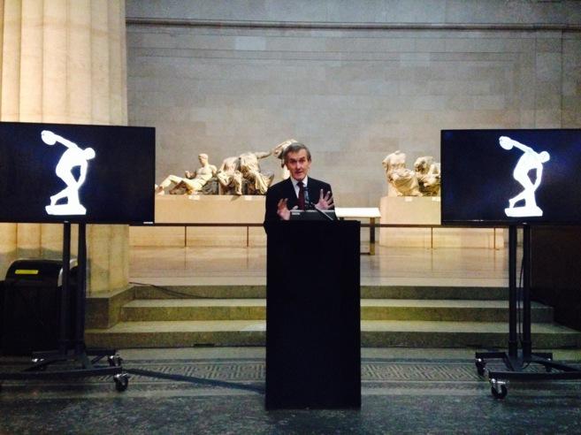 El director del Museo Británico, Neil Macgregor, con esculturas de...