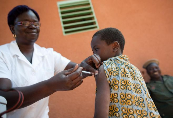 Una enfermera administra una vacuna contra la meningitis A a un niño.
