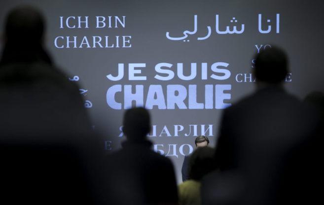 El mensaje 'Je suis Charlie' en varios idiomas al comienzo...