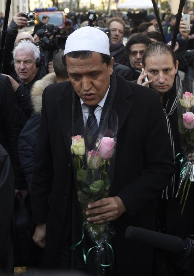 El imam de la Mezquita de Drancy, Hassen Chalghoumi, deposita unas...
