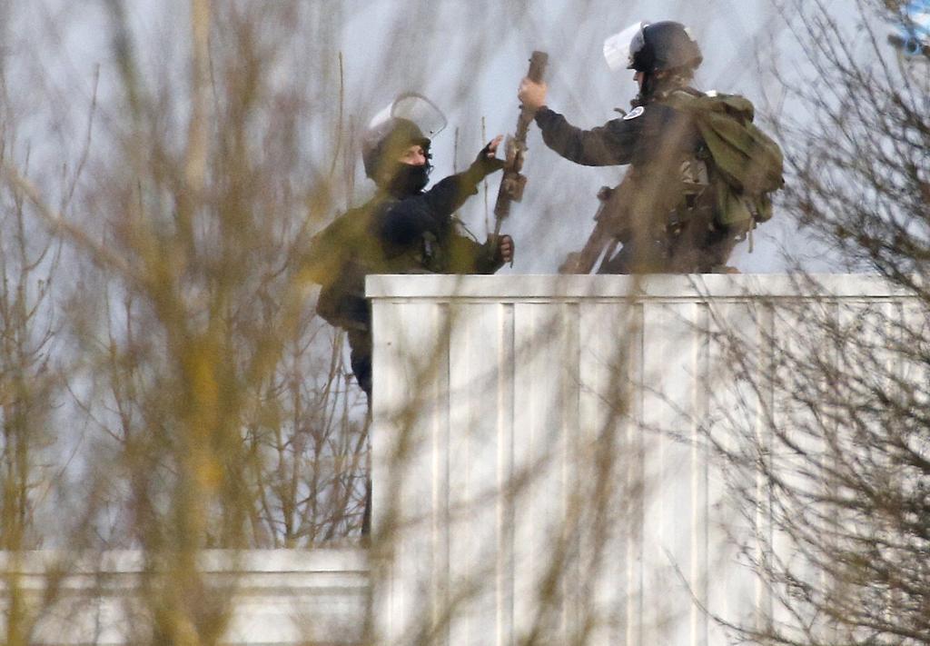Miembros de las fuerzas especiales francesas sostienen armas en el...