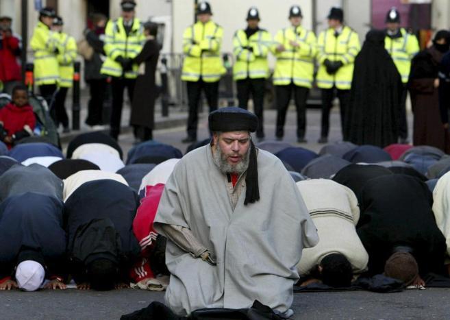 Abu Hamza conduce la oración en las inmediaciones de la Mezquita...