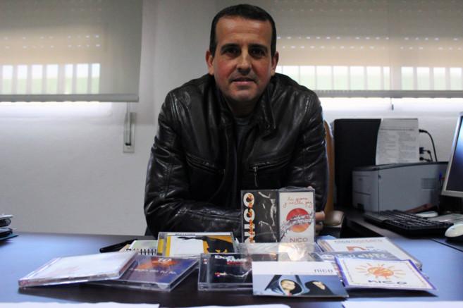 Nico Montero, con sus discos en el despacho del instituto que dirige.