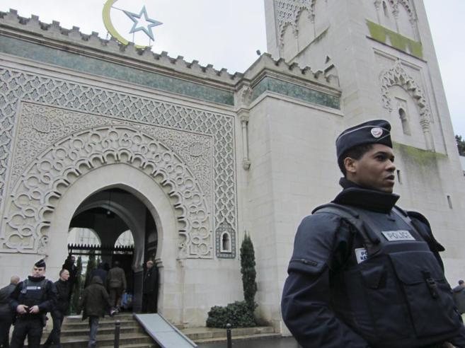 Musulmanes entran en la Mezquita de París, en presencia de policías.