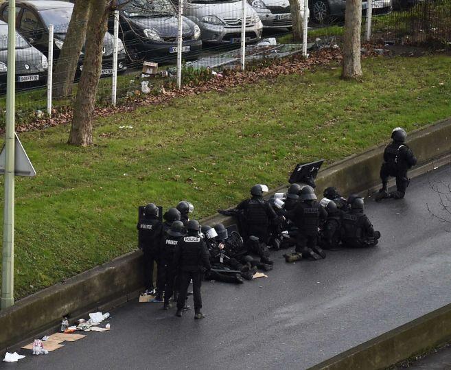 Miembros de las fuerzas de seguridad francesa toman posiciones.