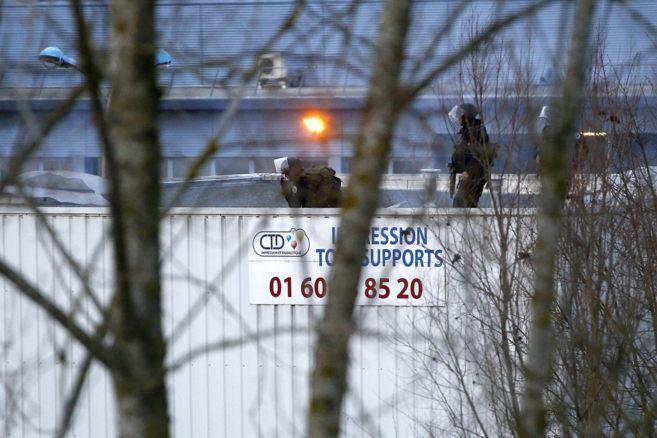 Agentes del grupo especial de la policía francesa en el techo de la...