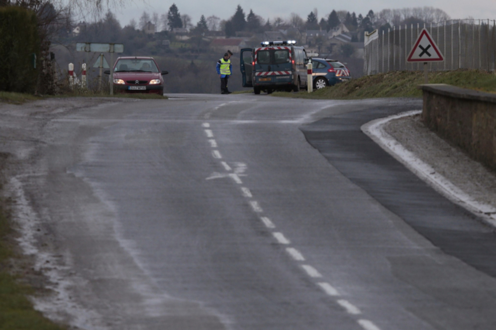 Gendarmes franceses comprueban un coche abandonado cerca de Corcy, al...