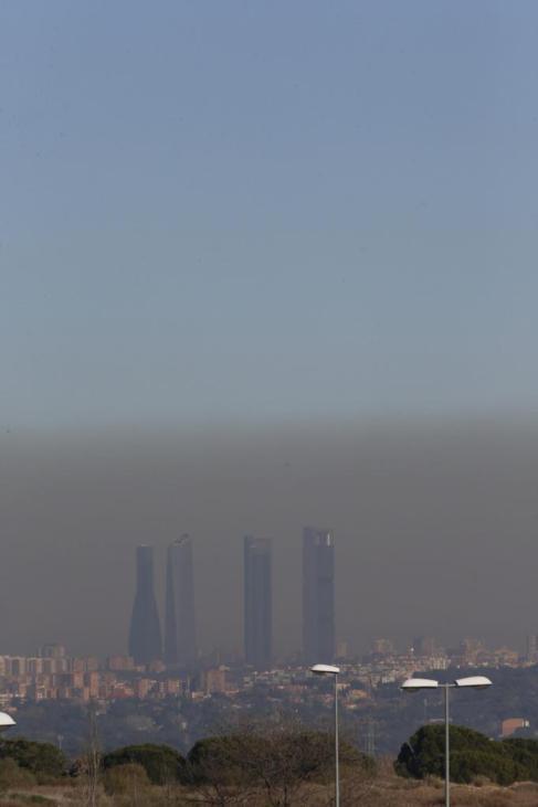 Panorámica de las cuatro torres de Chamartín bajo una nube de...