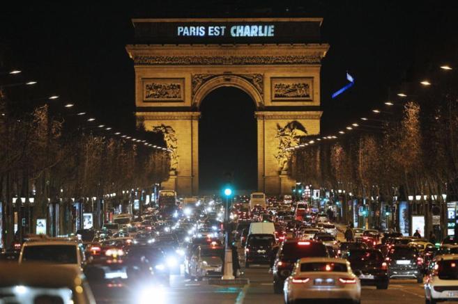 """El lema """"Paris est Charlie"""" es proyectado en el Arco del..."""