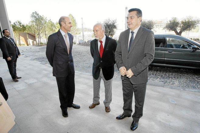 De izquierda a derecha, Seva, Valor y Andrés Lloréns, ayer, en el...