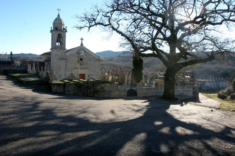 La iglesia y el cementerio de A Xesta.