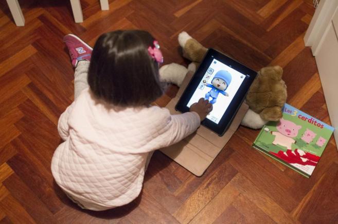 Marta ve dibujos de 'Pocoyó' rodeada de juguetes con los...