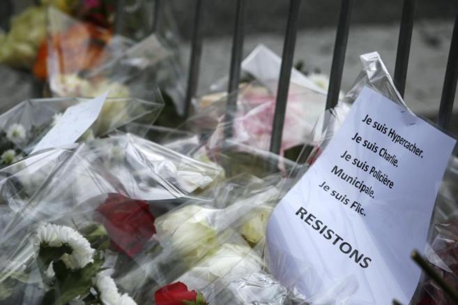 Flores y mensajes de apoyo a las víctimas de los ataques terroristas...