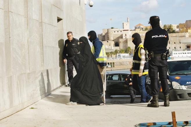 Una de las mujeres yihadistas detenidas en Melilla cuando preparaba su...