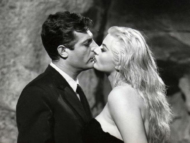 Marcello Mastroianni y la actriz sueca, en el recordado baño nocturno...