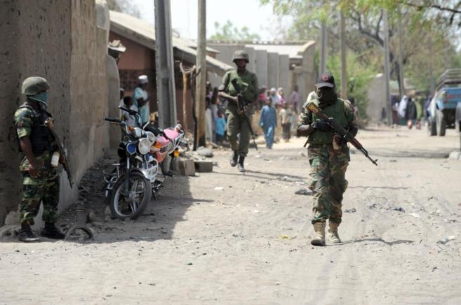 Soldados nigerianos rastrean una zona bajo amenaza de Boko Haram.