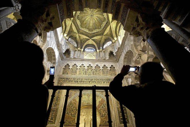 Dos turistas fotografían el interior de la Mezquita de Córdoba...