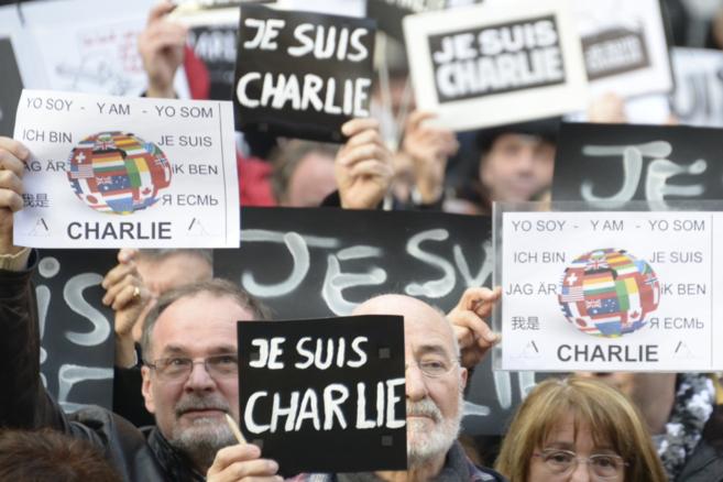 Varios asistentes a la concentración de hoy en Cort sujetan carteles...
