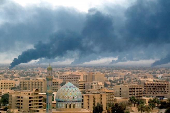 Columnas de humo en Bagdad tras la invasión de EEUU en 2003.
