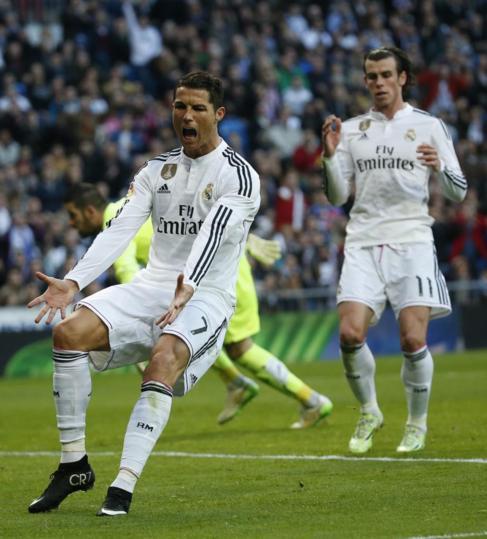 Cristiano se queja en la acción con Bale detrás.