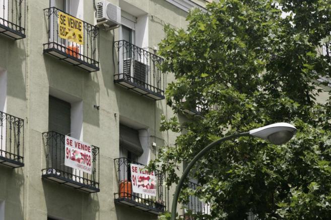 Imagen de archivo de varios pisos con el cartel de 'Se...