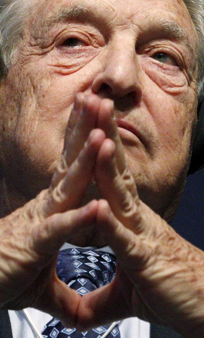 El magnate George Soros con las manos delante de la cara