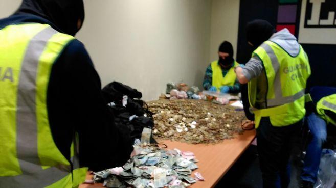 Agentes de la Guardia Civil, con el dinero intervenido en el registro...