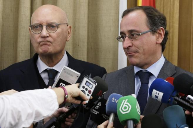 A la derecha, el ministro de Sanidad, Alfonso Alonso, junto al...