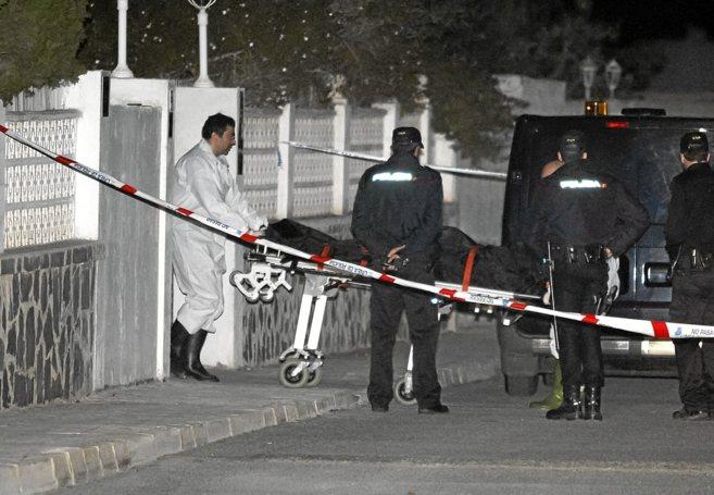 Los equipos forenses sacan los cuerpos de las víctimas de la...