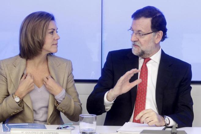 Cospedal y Rajoy conversan en la sede del PP, ayer, antes de comenzar...