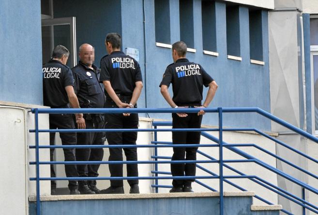Agentes de la Policía palmesana durante el registro al cuartel en...