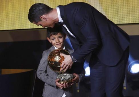 Cristiano besa a su hijo durante la gala.
