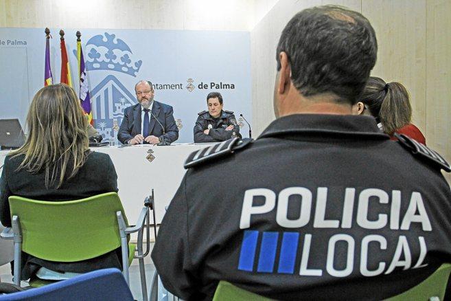 El concejal Guillermo Navarro en una rueda de prensa.