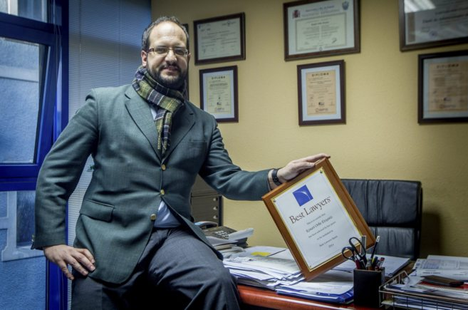 El abogado vizcaíno Kenari Orbe posa con su distinción.