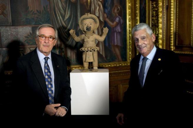 El alcalde de Barcelona, Xavier Trias, junto a propietario de la...