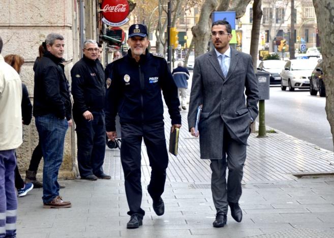 El jefe de la Policía Local de Palma (izquierda), Joan Mut, a su...