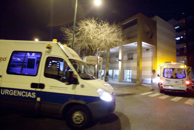 Dos ambulancias acceden a la puerta de urgencias del hospital Macarena...