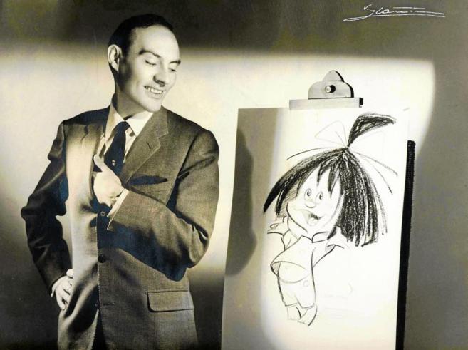 El ilustrador José Luis Moro posa junto a un boceto de Cleo de la...