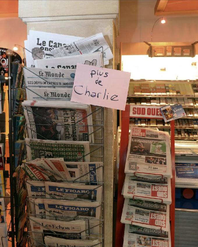 Un quiosco de burdeos cuelga el cartel de 'No hay más Charlie Hebdo'