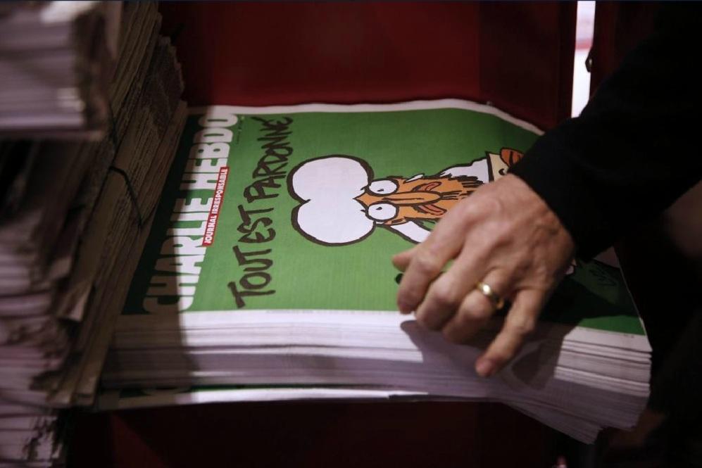 La nueva edición de Charlie Hebdo se pone a la venta en un quiosco en...