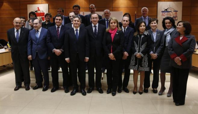 El ministro Alonso, en el centro, posa junto a los consejeros antes de...