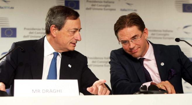 El presidente del BCE, Mario Draghi, (izqda.), junto al comisario de...
