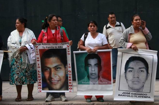 Algunos de los padres de los 43 estudiantes desaparecidos en Iguala,...