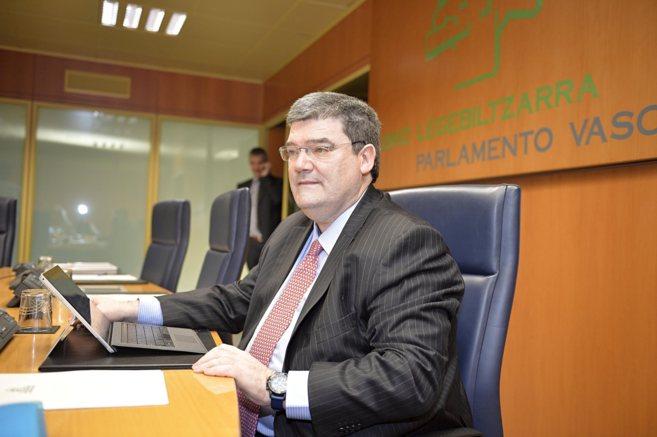 El consejero Juan Mari Aburto en la ponencia parlamentaria para tratar...