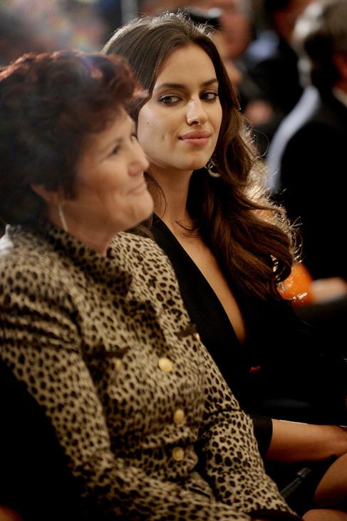 Irina Shayk (d) y Dolores Aveiro, en 2011 en la entrega de la Bota de...