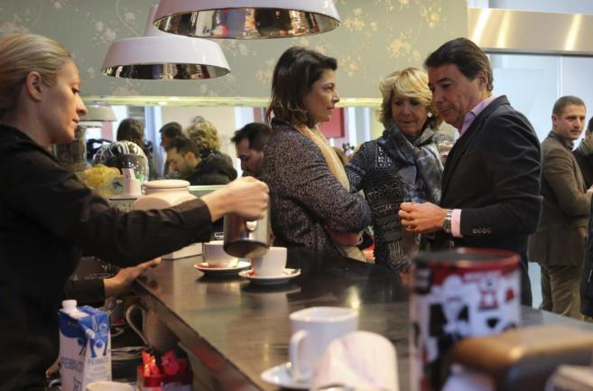 La presidenta del PP de Madrid, Esperanza Aguirre (c), el presidente...